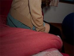 ベッドに腰掛けるニーソ画像